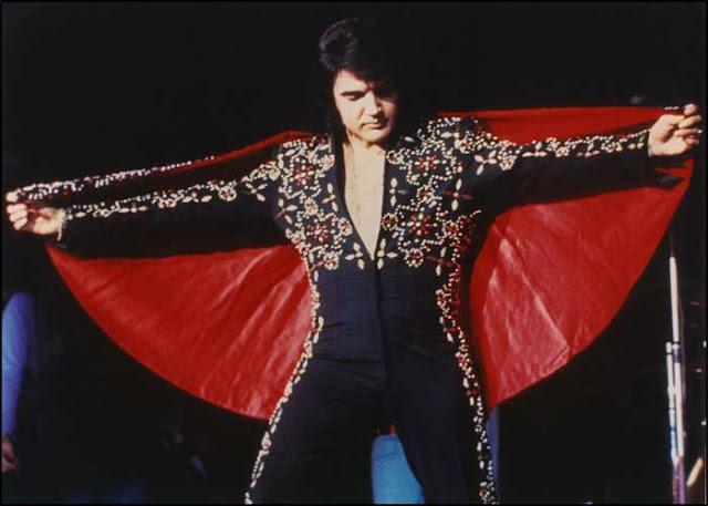 Elvis Presley capa e macacão