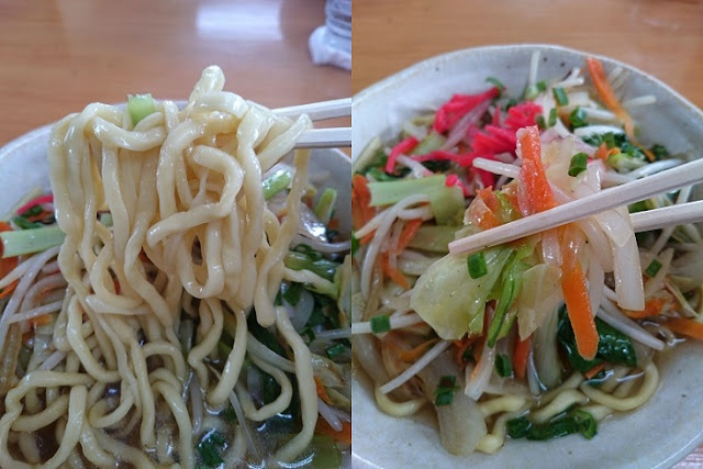 野菜そばの麺と野菜炒めの写真