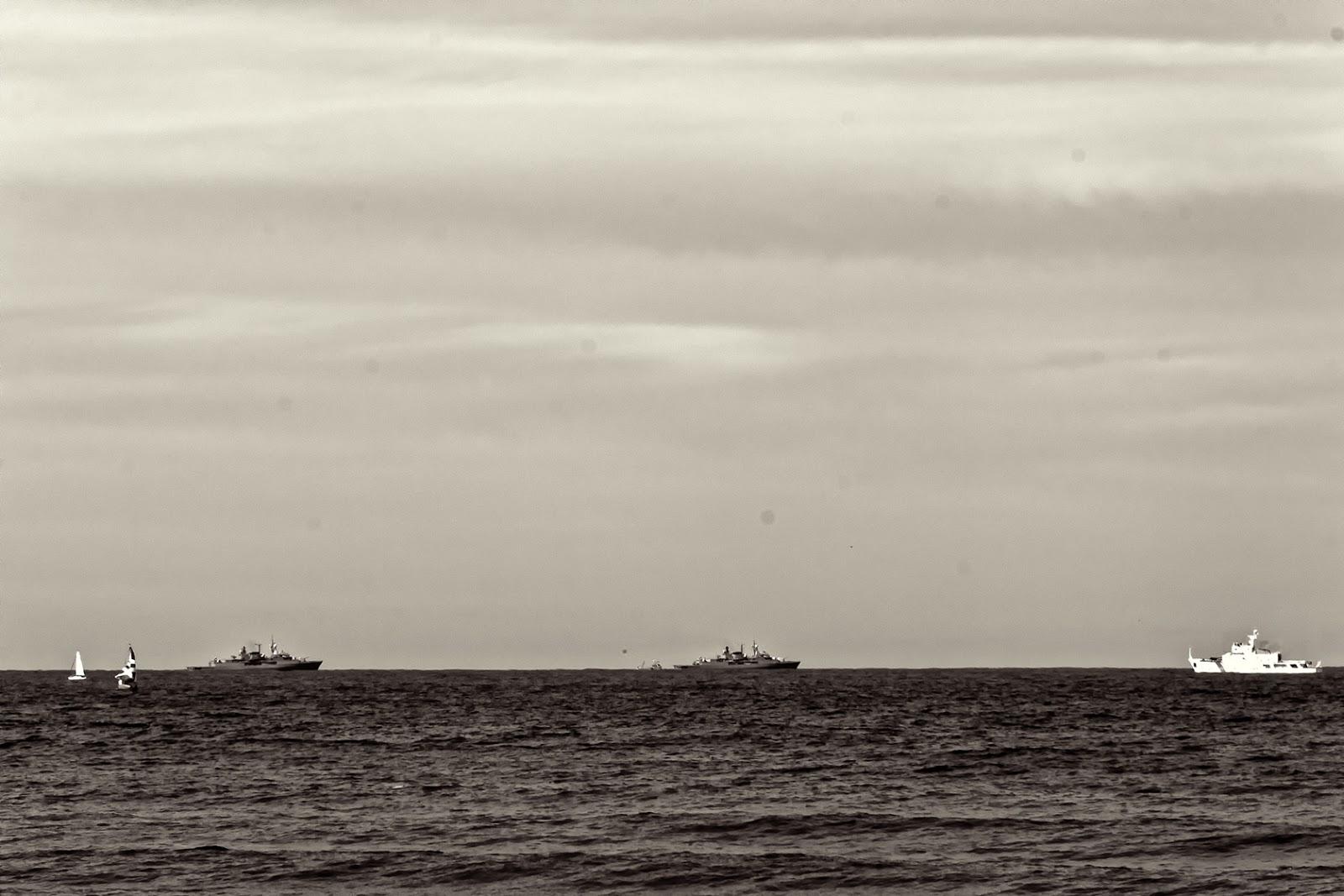 Fragatas y barcos de guerra en el horizonte.Blanco y Negro.