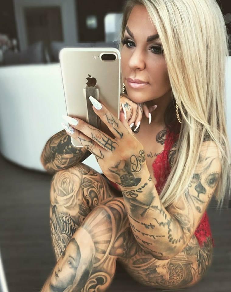 espectacular imagen de una señorita tatuada