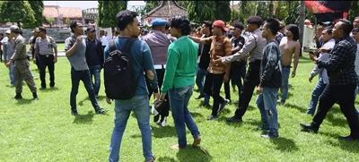 """Aksi Mundur Warnai Demo Mahasiswa Sumenep. </br><h3> <span style=""""font-weight: normal;""""><span style=""""color: #990000;"""">Program Bupati dan Wakil Bupati Dinilai Tidak Maksimal</span></span></h3>"""