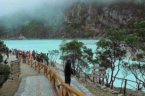 merupakan salah satu obyek wisata yang cukup populer di Bandung Wisata Alam Kawah Putih Ciwidey, Bandung