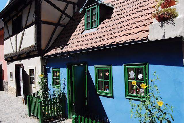 une maison de poupées dans la ruelle d'Or Prague