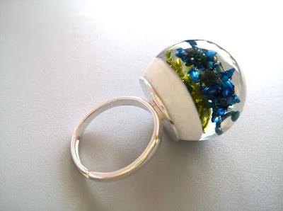 pierścionek z wrzosem w żywicy
