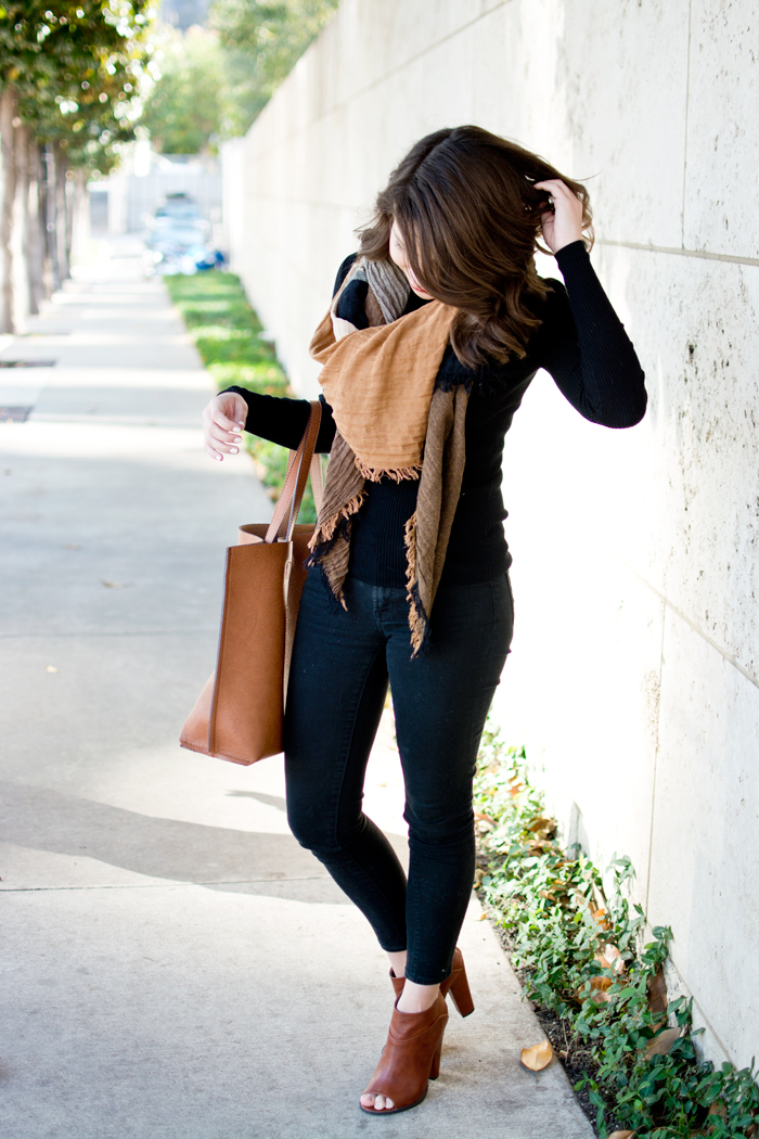 Black fall outfit, black turtleneck blanket scarf brown tote bag