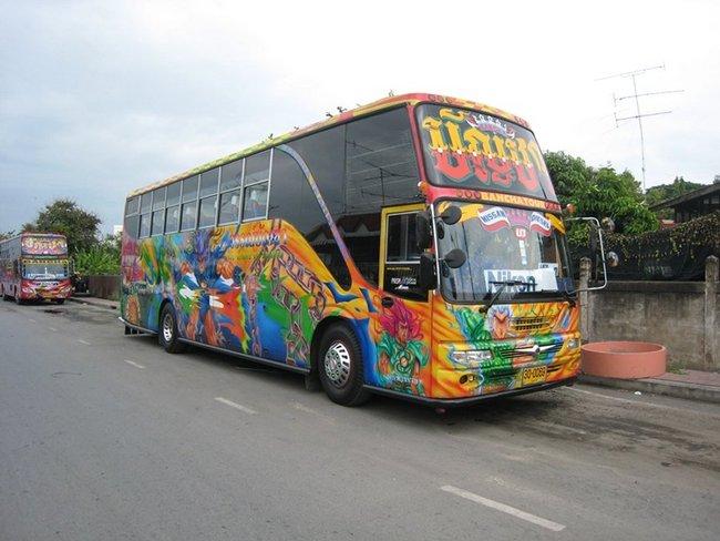 Разноцветный автобус в Таиланде