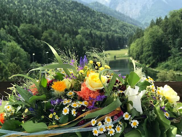 Altargesteck, Bunte Wiesenblumenhochzeit im Riessersee Hotel Garmisch-Partenkirchen, heiraten in Bayern, zwei Bräute, Regenbogen