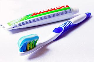 Le dentifrice pour enlever les taches de moisissures sur du caoutchouc
