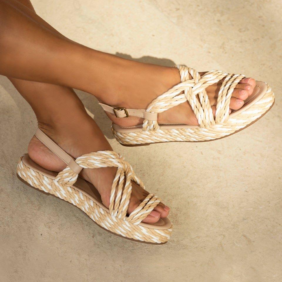 2c08a1e8ec ... com as plataformas – que possuem salto blocado e inteiriço. O calçado  mais comfy da vez acompanha sandálias
