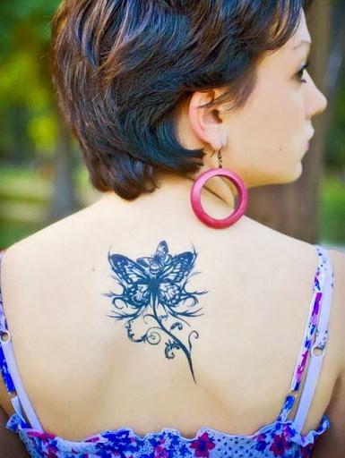 Uma Bela e atraente tatuagem de borboleta para as mulheres na parte Superior Traseira, o seu olhar impressionante, você deve tentar!