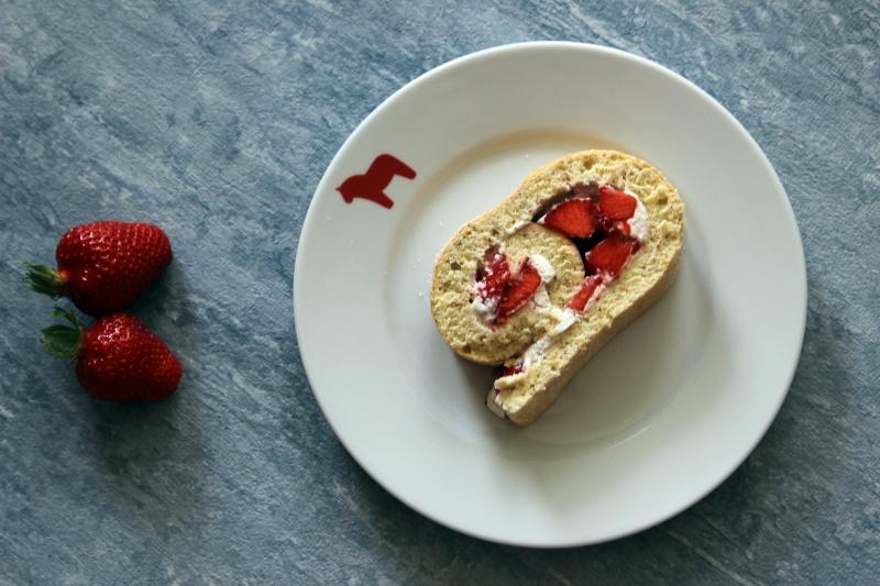 Biskuitrolle mit Erdbeeren und Sahne