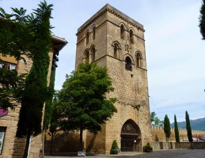 Campanario de la iglesia de Santa María de los Reyes.