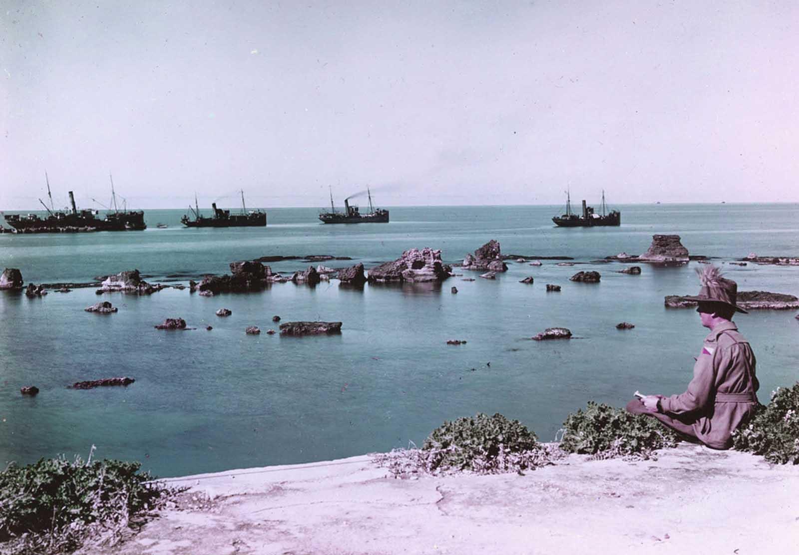 Las rocas de Andrómeda, Jaffa y los transportes cargados de suministros de guerra se dirigieron al mar en 1918. Esta imagen se tomó mediante el proceso de Paget, un experimento inicial en fotografía en color.