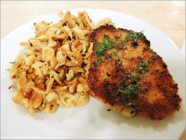 Otoño en los Alpes: Classic Pork Schnitzel y Spaetlze woth Herbs and Brown Butter