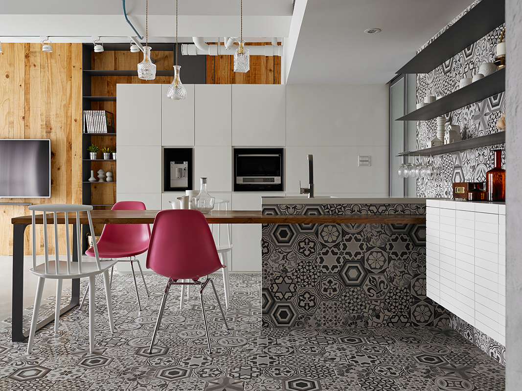 Casa con piastrelle esagonali e pannelli in legno di cedro by KC Design Studio  ARC ART blog by