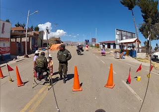Barreira policial na fronteira Bolívia / Peru.