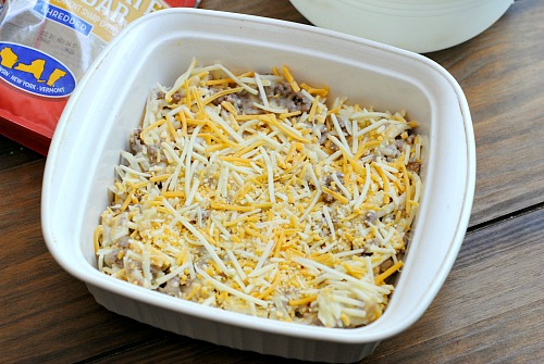 Cheesy Hamburger Hashbrown Casserole- Need a hearty, yet quick, recipe? Then you should try this delicious cheesy hamburger hashbrown casserole! It's easy to make, and very filling!   easy recipes for busy moms, dinner, breakfast, ground beef, cheese, potatoes, food