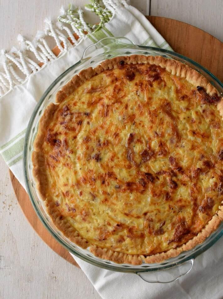 Quiche de queso suizo y tocineta. Tanto la masa como el relleno requieren pocos ingredientes y poco tiempo de preparación; también puedes optar por masas ya hechas