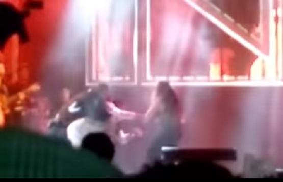 Vídeo mostra momento que fã agarra Simaria à força e leva soco de Simone