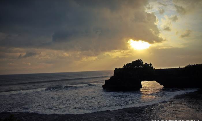 Menunggu SunSet di Pantai Tanah Lot Bali