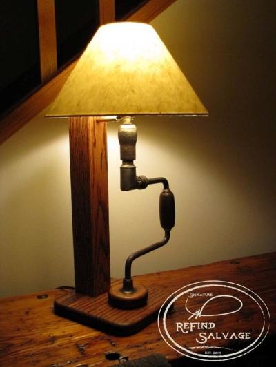 Lampu meja terbuat dari carpenter's brace