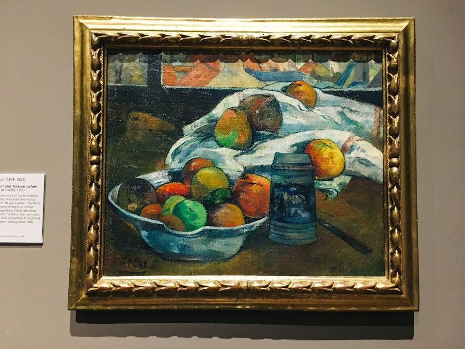 窓の前の果物が入ったボウルと ジョッキ(Bowl of Fruit and Tankard before a Window)1890年