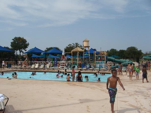 Ausflug in einen Waterpark in der Nähe von Dallas zum Schwimmen