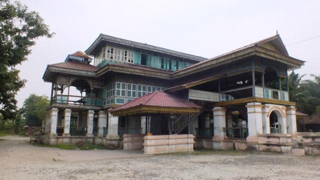 Sisi sebelah kiri Istana Lima Laras