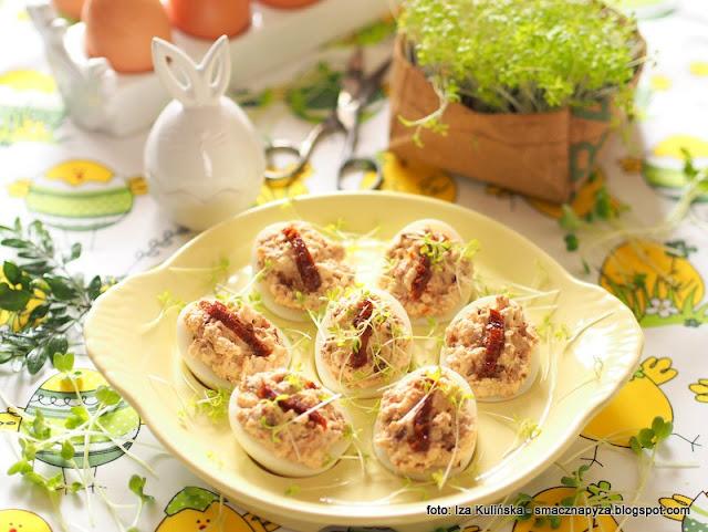 jajka z farszem, jajka faszerowane, wielkanoc, przepisy wielkanocne, wielkanocny stol, wielkanocne sniadanie, jajo z feta i pomidorami