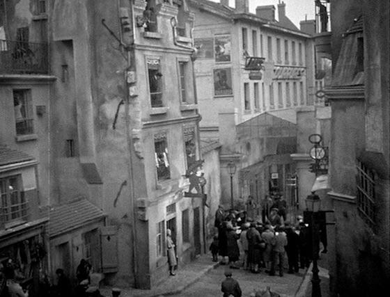Opening scene of Sous les toits de Paris