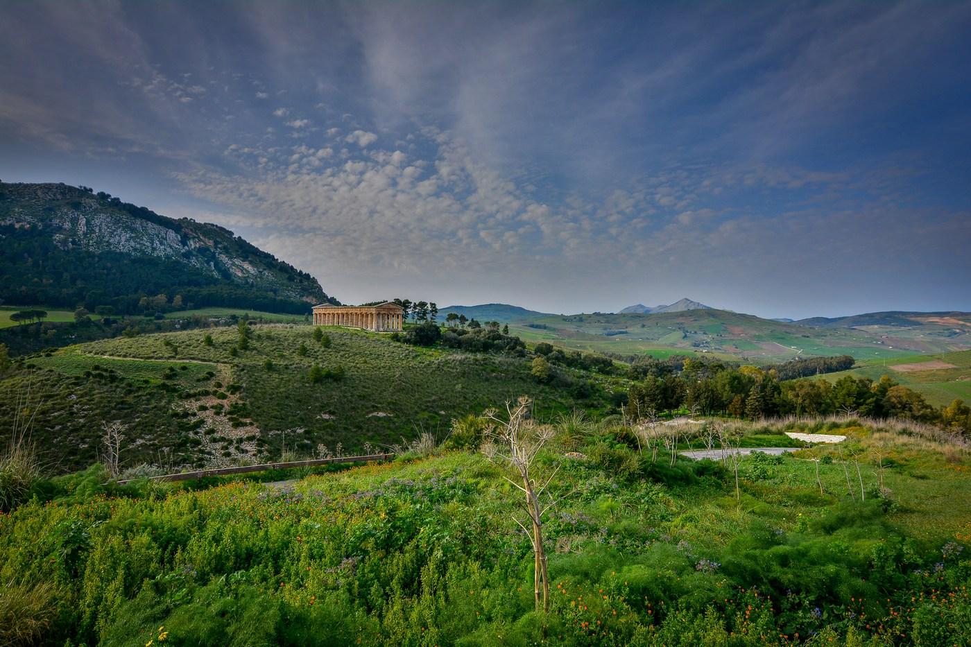 C'est un des endroits que nous avons préférés de la Sicile : ce temple immense, si petit dans le paysage environnant, en dit long sur les endroits choisis par les Grecs pour édifier leurs colosses.