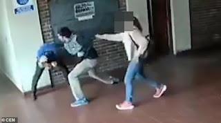 Πατέρας ξυλοκόπησε δάσκαλο που παρενοχλούσε σeξουαλικά την 15χρονη κoρη του (Βίντεο)