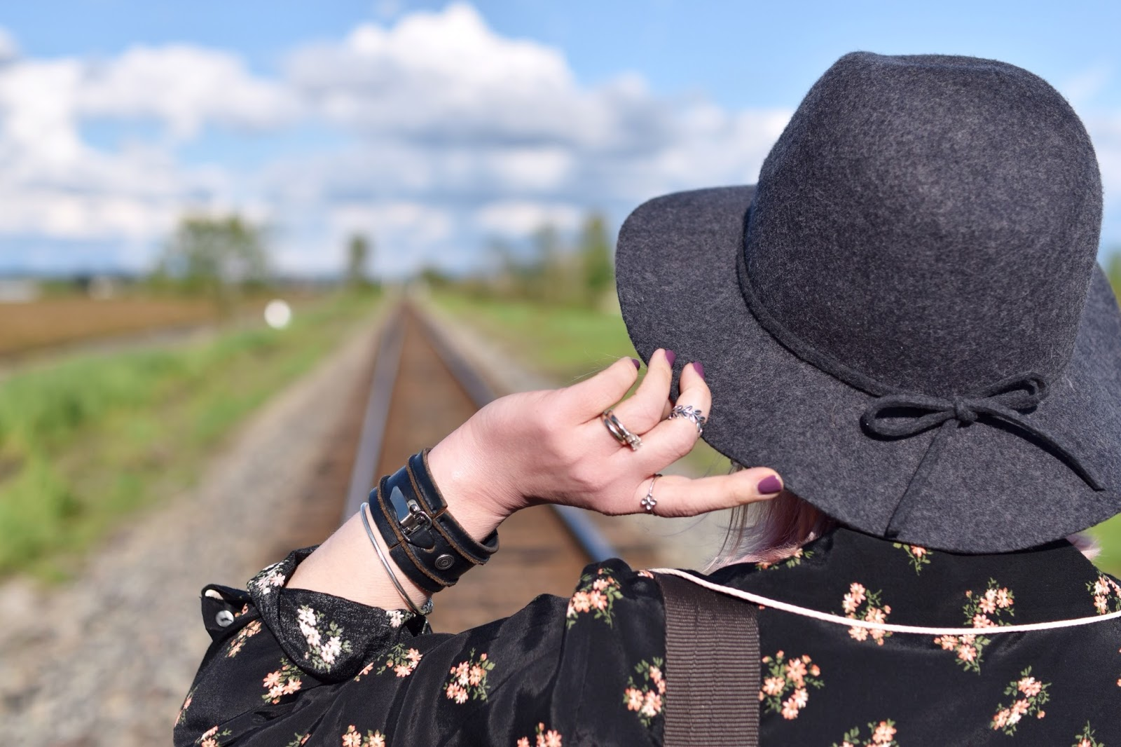 Monika Faulkner outfit inspiration - floral shirtdress, floppy hat