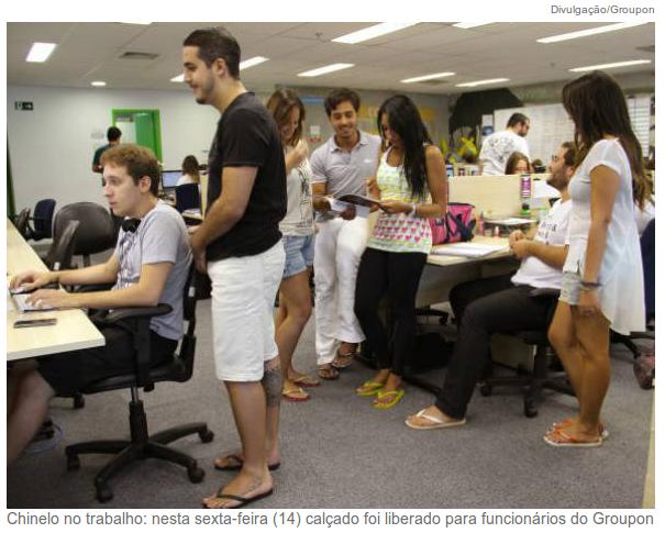 Funcionários usando look de verão no escritório