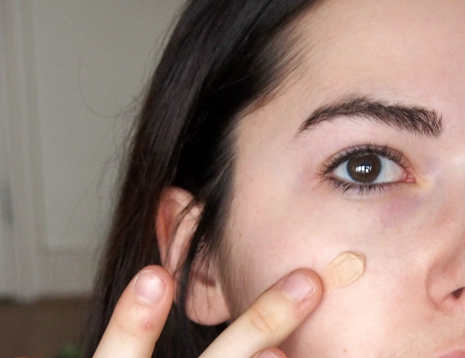Applying primer onto skin