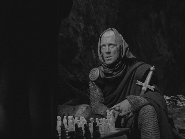 """Fotograma de la película """"El séptimo sello"""", en que un caballero juega una partida de ajedrez con la muerte"""