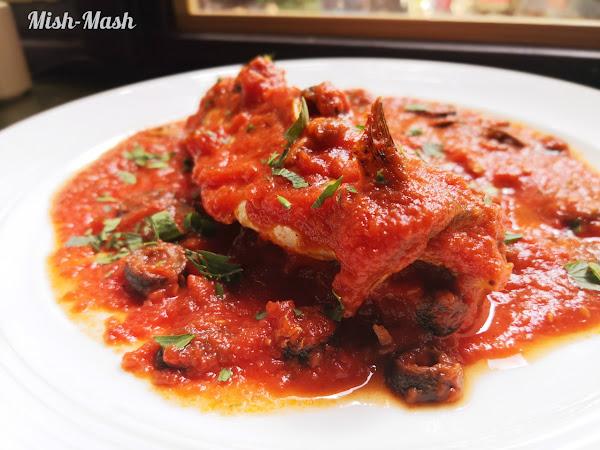 Скумрия с доматен сос и маслини