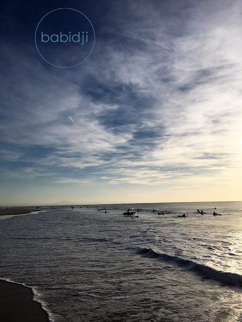 Surfeurs qui attendent la vague dans l'océan à Seignosse le Penon