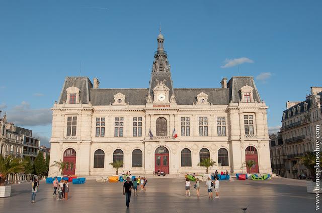 Poitiers plaza ayuntamiento que ver viaje turismo diario