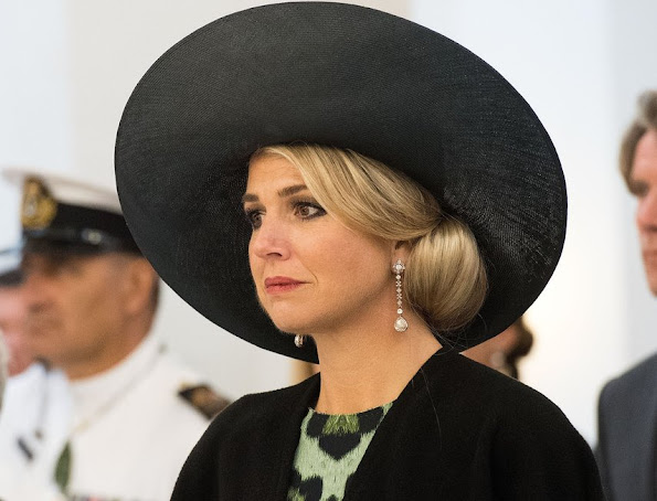 Queen Maxima wore Natan Dress and Christian Louboutin Women Shoes, Jewels pearl earrings and pearl necklace, diamond rings