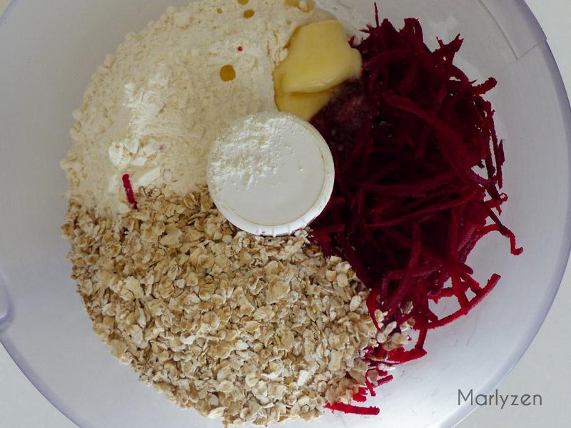 Mélangez tous les ingrédients sauf l'eau et les graines.