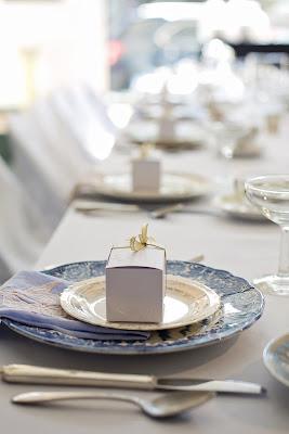 Mesa de boda con regalo sobre el plato