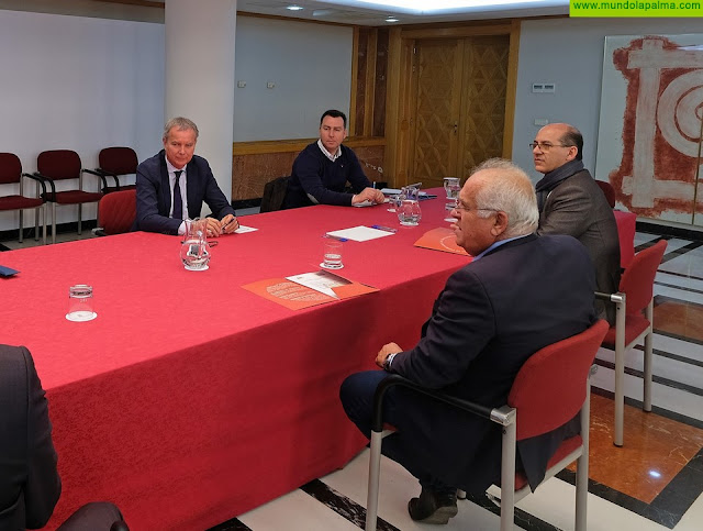 Sebastián Franquis se compromete con la patronal del transporte terrestre a gestionar la agilización de los pagos dependientes del Gobierno de Canarias