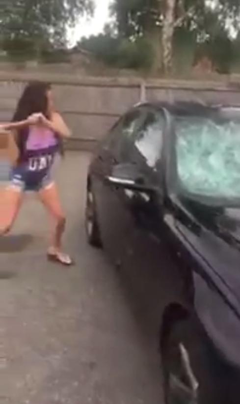 Gara-gara P3rebut Laki Orang, Mobil-mobil Suami Ini Hancur Karena Kemarahan Isteri