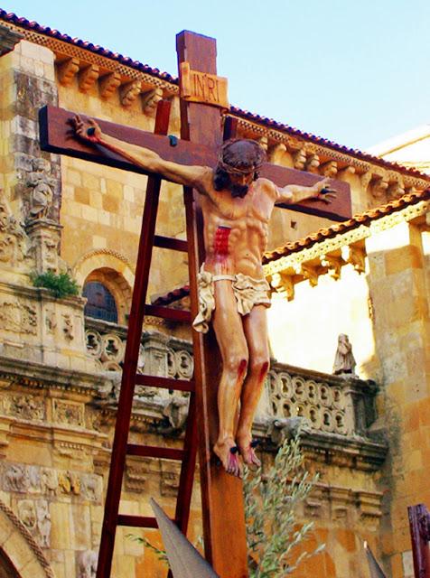 Santo Cristo del Desenclavo como crucificado antes de la ceremonia del descendimiento. Hermandad del Desenclavo. León. Foto G. Márquez.
