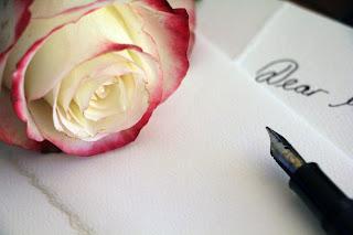 Blumen und Liebesbriefe sind schöne Liebeserklärungen