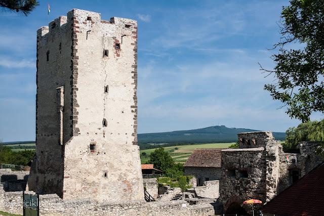 A nagyvázsonyi vár háttérben a Kab-heggyel