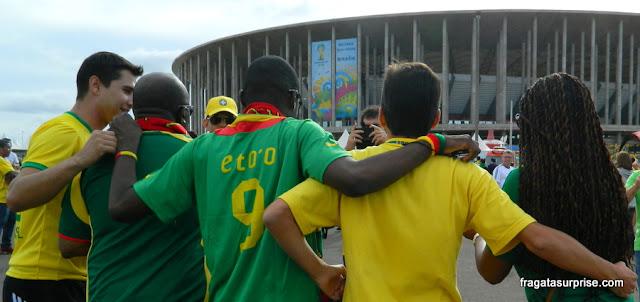 Confraternização de torcedores antes do jogo Brasil x Camarões, na Copa 2014
