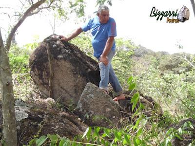 Bizzarri escolhendo o tipo de pedra moledo, tipo pedra natural, para construção de gruta de pedra.