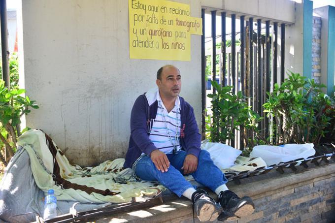 Pastor lleva cuatro días encadenado por malas condiciones del hospital Arturo Grullón
